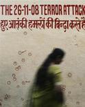 <p>Mumbai, una donna passa accanto ad un muro sul quale sono stati evidenziati i buchi prodotti dai proiettili sparati dai miliziani islamici. La scritta ricorda la tragedia del 26 novembre 2008. REUTERS/Arko Datta</p>