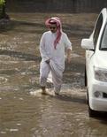 <p>Мужчина пробирается к своему автомобилю по затопленной улице в Джидде 25 ноября 2009 года. Жертвами наводнения в Саудовской Аравии в портовом городе Джидда, вызванного сильнейшими ливнями, стали 48 человек, сообщил представитель службы спасения в четверг. REUTERS/Caren Firouz</p>
