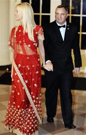 Tareq Salahi and his wife Michaele Salahi arrive for a state dinner in honor of India's Prime Minister Manmohan Singh at the White House, November 24, 2009. REUTERS/Jonathan Ernst