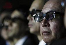 <p>Personas usan lentes RealD Cinema 3D durante una presentación del presidente ejecutivo de Sony, Howard Stringer, en un evento en Las Vegas, 8 ene 2009. El conglomerado electrónico japonés Sony anunció el jueves que prevé que los televisores de 3D supongan hasta el 50 por ciento de los envíos para el año empresarial que concluye en marzo de 2013. REUTERS/Rick Wilking/Archivo</p>