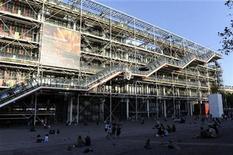 <p>Foto de archivo de una vista general del Centro Pompidou de Arte Moderno, ago 12 2009. El Centro Pompidou en París, una de las atracciones más visitadas de Francia, está cerrado al público desde el lunes, debido a una huelga de trabajadores irritados por un plan de recortes de empleos, dijo el jueves un funcionario. REUTERS/Jacky Naegelen</p>