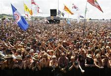 <p>Una suggestiva veduta panoramica del pubblico presente durante un concerto dell'ultima edizione del Glastonbury Festival. REUTERS/Luke MacGregor</p>