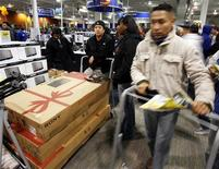 <p>Persone in coda in occasione del Black Friday a New York. REUTERS/Shannon Stapleton</p>