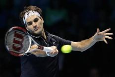 <p>Швейцарец Роджер Федерер отбивает подачу аргентинского теннисиста Хуана Мартина дель Потро на итоговом турнире ATP в Лондоне 26 ноября 2009 года. Аргентинский теннисист Хуан Мартин дель Потро обыграл первую ракетку мира швейцарца Роджера Федерера на итоговом турнире ATP в Лондоне со счетом 6-2, 6-7, 6-3, однако оба теннисиста попали в полуфинал соревнования. REUTERS/Stefan Wermuth</p>