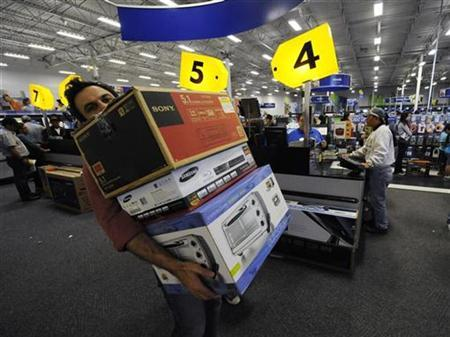 Shoppers look for bargains during Black Friday sales at a Best Buy store in Glendale, California November 27, 2009. REUTERS/Phil McCarten