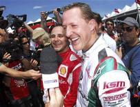 <p>O heptacampeão mundial de F1 Michael Schumacher e o piloto brasileiro da Ferrari Felipe Massa concedem entrevista após corrida de kart em Florianópolis REUTERS/VIPCOMM/Miguel Costa Jr/Divulgação</p>