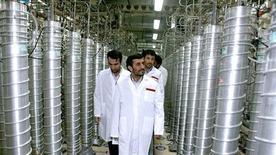 <p>Президент Ирана Махмуд Ахмадинежад во время визита на предприятие по обогащению урана в Натанце 8 апреля 2008 года. Иран в воскресенье объявил о намерении построить 10 новых заводов для обогащения урана в рамках развития своей ядерной программы, всего через два дня после того, как атомное агентство ООН обвинило его в засекречивании подобной деятельности. REUTERS/Presidential official website/Handout</p>