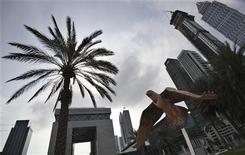 <p>Скульптура в виде сокола перед зданием Дубайской международной валютной биржи в Дубае 30 ноября 2009 года. Сверкающему Дубаю, возможно, угрожает долговой кризис, который послал вниз многие мировые рынки, но вы не узнаете о кризисе от чиновников или из местных СМИ. REUTERS/Ahmed Jadallah</p>