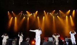 <p>Foto de archivo de la banda Kool and The Gang durante un concierto en Madrid, jul 7 2009. Kool and The Gang llevará en diciembre su funk a Cuba, sumándose al desfile de estrellas estadounidenses atraídas a la isla por el clima de distensión bajo el Gobierno del presidente Barack Obama. REUTERS/Juan Medina</p>