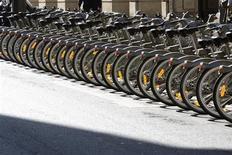 <p>Distributore di biciclette pubbliche a Parigi. REUTERS/Charles Platiau (FRANCE SPORT CYCLING TRANSPORT)</p>