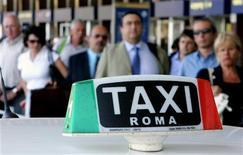 <p>Люди стоят в очереди на стоянке такси у вокзала Термини в Риме 3 июля 2006 года.Самый большой кооператив римских таксистов пытается улучшить имидж водителей, известных своими надувательствами наивных туристов. REUTERS/Max Rossi</p>