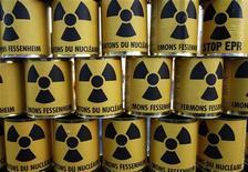 <p>Банки с символом ядерной энергии на демонстрации во французском Кольмаре 3 октября 2009 года. Индия усилила меры безопасности на своих ядерных объектах после предупреждения разведки о том, что они могут быть главной целью боевиков. REUTERS/Vincent Kessler</p>