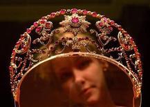 <p>Foto de archivo de una diadema de oro, perteneciente a la dinastía zarista Romanov, expuesta en el museo Hermitage en San Petersburgo, mar 1 2004. Tesoros reales de Rusia rompieron récords en una subasta londinense la noche del lunes, mientras los cuadros de una venta separada se vendieron en precios muy por debajo de lo estimado. REUTERS/Alexander Demianchuk</p>