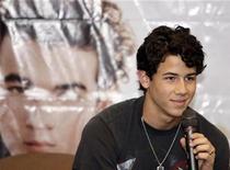 <p>Foto de archivo del cantautor Nick Jonas durante una rueda de prensa en Ciudad de Panamá, oct 28 2009. El ídolo adolescente Nick Jonas se está alejando de sus hermanos y emprenderá en enero una gira en solitario por Estados Unidos, junto a su nuevo grupo, The Administration. REUTERS/Alberto Lowe</p>