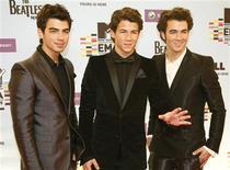 <p>A banda de rock Jonas Brothers posa para o MTV Europe Awards, em Berlim. O ídolo adolescente Nick Jonas está se afastando dos seus irmãos e vai sair em turnê em janeiro com sua nova banda, The Administration.05/11/2009.REUTERS/Fabrizio</p>