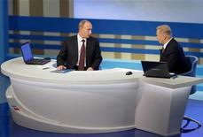 <p>Премьер-министр РФ Владимир Путин (слева) в телестудии отвечает на вопросы жителей страны в прямом эфире 3 декабря 2009 года. REUTERS/Ria Novosti/Pool/Alexei Druzhinin</p>