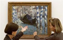 """<p>Женщины смотрят на картину """"Большой канал в Венеции"""" (""""Голубая Венеция"""") в городе Рихен близ Базеля 26 сентября 2008 года. 3 декабря 1919 года скончался французский художник-импрессионист Пьер-Огюст Ренуар. REUTERS/Arnd Wiegmann</p>"""