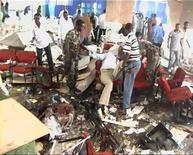 <p>Мужчины ищут выживших при взрыве в отеле Shamo в Могадишо 3 декабря 2009 года. По меньшей мере 14 человек, включая трех министров правительства, погибли в результате взрыва бомбы на выпускном вечере в отеле Shamo в столице Сомали, сообщают свидетели трагедии и правительственные источники. REUTERS/Reuters TV</p>
