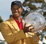 """<p>Американский гольфист Тайгер Вудс держит приз после победы на турнире Australian Masters в Мельбурне 15 ноября 2009 года. Знаменитый гольфист Тайгер Вудс признался, что он далек от идеала, и извинился за """"проступки"""" перед семьей на своем веб-сайте. REUTERS/Mick Tsikas</p>"""