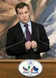 <p>Президент России Дмитрий Медведев на пресс-конференции в Риме 3 декабря 2009 года. Россия готова помочь США и Европе достичь мира в Афганистане, заявил в четверг президент Дмитрий Медведев. REUTERS/Tony Gentile</p>