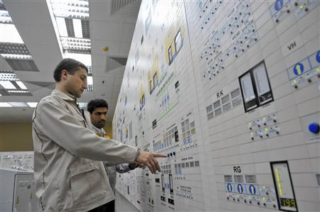 An Iranian operator (R) and a Russian operator monitor the nuclear power plant unit in Bushehr, south of Tehran, November 30, 2009. REUTERS/ISNA/Mehdi Ghasemi