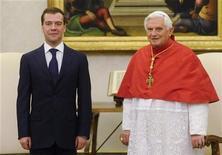 <p>Президент РФ Дмитрий Медведев (слева) и Папа Римский Бенедикт XVI позируют фотографам в Ватикане 3 декаюря 2009 года. Президент РФ Дмитрий Медведев в четверг обещал Папе Римскому Бенедикту XVI открыть российское посольство в Ватикане. REUTERS/Giuseppe Giglia/Pool</p>