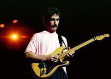 <p>Рок-музыкант Фрэнк Заппа дает концерт в Warner Theater, Вашингтон в 1988 году. 4 декабря 1993 года скончался американский рок-музыкант Фрэнк Заппа. REUTERS/STR New</p>