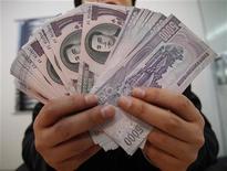 <p>Парк Сан-хак, сбежавший из Северой Кореи в Южную и ныне выступающий против политики КНДР, держит банкноты номиналом 5000 вон во время интервью Рейтер в Сеуле 1 декабря 2009 года. Северная Корея деноминировала свою валюту, сообщила в пятницу южнокорейская газета, косвенно подтвердив давно ходившие слухи о новом шаге властей коммунистического государства, направленном на ограничение деятельности рынков и торговцев. REUTERS/Jo Yong-Hak</p>