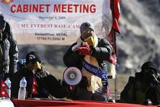 <p>Il primo ministro nepalese Madhav Kumar Nepal durante la riunione del suo governo sull'Everest per denunciare i cambiamenti climatici. REUTERS/Gopal Chitrakar</p>