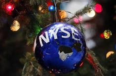 <p>A cracked Christmas ornament with the New York Stock Exchange logo hangs from the Stock Exchange's official Christmas tree on Broad street outside the New York Stock Exchange December 9, 2008. REUTERS/Mike Segar</p>