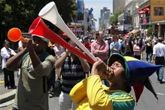 <p>Torcedores comemoram das ruas da Cidade do Cabo, onde ocorreu o sorteio para os grupos da Copa do Mundo nesta sexta-feira. REUTERS/Siphiwe Sibeko</p>