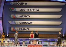 <p>O secretário-geral da FIFA, Jerome Valcke, anunciou os grupos da Copa do Mundo de 2010, na Cidade do cabo, nesta sexta-feira. REUTERS/Kai Pfaffenbach</p>