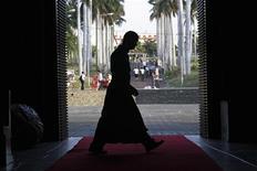 <p>Un vescovo all'ingresso di una cattedrale, in controluce. REUTERS/Oswaldo Rivas</p>