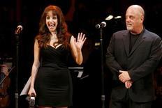 <p>Il cantante Billy Joel con la figlia Alexa Ray durante un concerto a New York. REUTERS/Keith Bedford</p>