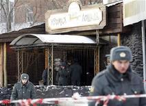 """<p>Милиционеры стоят напротив входа в клуб """"Хромая лошадь"""" в центре Перми, где произошел пожар, 5 декабря 2009 года. Как минимум 103 человека погибли в результате взрыва пиротехники и последовавшего за ним пожара в ночном клубе в центре Перми, 130 человек пострадали. REUTERS/Denis Sinyakov (RUSSIA DISASTER)</p>"""