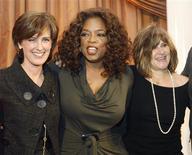 <p>A apresentadora de televisão Oprah Winfrey posa com as executivas Anne Sweeney (à esquerda), da Disney, e Amy Pascal, copresidente da Sony Pictures. REUTERS/Fred Prouser (UNITED STATES)</p>