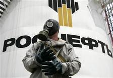 <p>Сотрудник МЧС на учениях на нефтехранилище компании Роснефть в Ставрополе 6 июля 2009 года. Один человек погиб при взрыве в воскресенье на Ангарском нефтехимическом заводе, принадлежащем Роснефти, но производство нефтепродуктов не нарушено, сообщили представители министерства по чрезвычайным ситуациям и компании. REUTERS/Eduard Korniyenko</p>