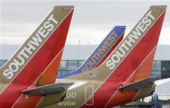 <p>Самолеты авиакомпании Southwest Airlines в Международном аэропорту Окленда 29 мая 2006 года. Женщина, летевшая из Солт- Лейк-Сити в Чикаго рейсом авиакомпании Southwest Airlines, родила ребенка прямо в самолете во время полета. REUTERS/John Gress</p>