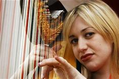 <p>Harpist Jemima Phillips, 23, poses for photographs in Stowe, Gloucestershire, western England March 29, 2005. REUTERS/Stringer</p>