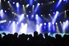 <p>Los amantes de la música que asisten a conciertos en Gran Bretaña se están convirtiendo en el objetivo de bandas de ladrones de teléfonos móviles, según advirtió el lunes la policía británica. El cuerpo de detectives señaló que se ha visto un creciente problema con delincuentes organizados que actúan en conciertos, tanto en interior como al aire libre, intentando hacerse con teléfonos de primerísima calidad. REUTERS/Valentin Flauraud/archivo</p>