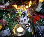 """<p>Цветы и свечи заженные поклонниками в память об убитом музыканте Джоне Ленноне в центральном парке Нью-Йорка 8 декабря 2000 года. Джон Леннон, экс-участник группы """"Битлз"""", был убит в Нью-Йорке Марком Чэпманом 8 декабря 1980 года. REUTERS/Mike Segar</p>"""