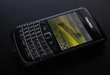 <p>China Mobile y Research in Motion ofrecerán los dispositivos móviles BlackBerry y servicio de internet a consumidores y a pequeñas empresas en China, anunciaron el martes ambas compañías. Para atraer más usuarios de consumo, China Mobile ofrecería los teléfonos BlackBerry para usar en las redes chinas TD-SCDMA y TD-LTE, dijeron las firmas en un comunicado conjunto, lo que intensificará la competencia en el trio de telecomunicaciones en el gigante asiático. Las compañías no dieron plazos para su campaña de ventas. REUTERS/Mark Blinch/Archivo</p>