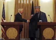 """<p>Министр обороны США Роберт Гейтс (слева) и президент Афганистана Хамид Карзай на пресс-конференции в Кабуле 8 декабря 2009 года. Министр обороны США Роберт Гейтс прибыл в Афганистан во вторник для того, чтобы убедить президента страны Хамида Карзая назначить """"честных"""" министров. REUTERS/Omar Sobhani</p>"""