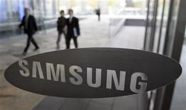 <p>Afin de concurrencer plus efficacement Apple, Samsung Electronics a lancé mardi à Londres sa propre plate-forme mobile baptisée Bada, mais les analystes doutent que ce système puisse attirer autant de développeurs que celui de l'iPhone. /Photo d'archives/REUTERS/Choi Bu-Seok</p>