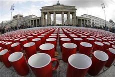 <p>More than 77,000 coffee cups are arranged in a pattern on the ground next to the Brandenburg Gate in Berlin, September 29, 2008. Picture taken with a 10mm fish-eye lens. REUTERS/Tobias Schwarz</p>