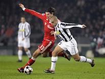 <p>O jogador Mario Gomez (e), do Bayern de Munique, disputa lance com Fabio Cannavaro, da Juventus, durante jogo da Liga dos Campeões, em Turin, na Itália, nesta terça-feira. REUTERS/Michael Dalder</p>