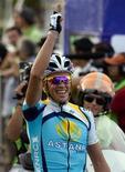 """<p>Испанец Альберто Контадор, выступающий за казахстанскую команду """"Астана"""", празднует победу на велогонке в Канкуне 17 октября 2009 года. Двукратный победитель """"Тур де Франс"""" велогонщик Альберто Контадор, решивший остаться в казахстанской команде """"Астана"""", ожидает, что сезон 2010 года будет тяжелым. REUTERS/Gerardo Garcia</p>"""