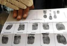 <p>Французский полицеский снимает отпечатки пальцев во время Национального дня безопасности в Ницце 10 октября 2009 года. Белоруссия, выждав год после призыва всем гражданам сдать отпечатки пальцев, перешла от добровольной дактилоскопии к принудительной, ссылаясь на профилактику преступности после так и не раскрытого взрыва. REUTERS/Eric Gaillard</p>