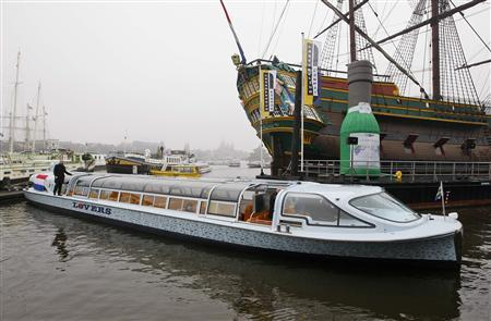 Nemo, the world's first canal boat powered by hydrogen fuel cell, arrives in Amsterdam December 9, 2009. REUTERS/Paul Vreeker/United Photos