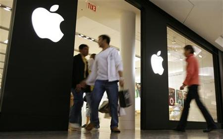 Shoppers make their way past the Apple Store at Woodfield Mall in Schaumburg, Illinois, October 22, 2007. REUTERS/John Gress